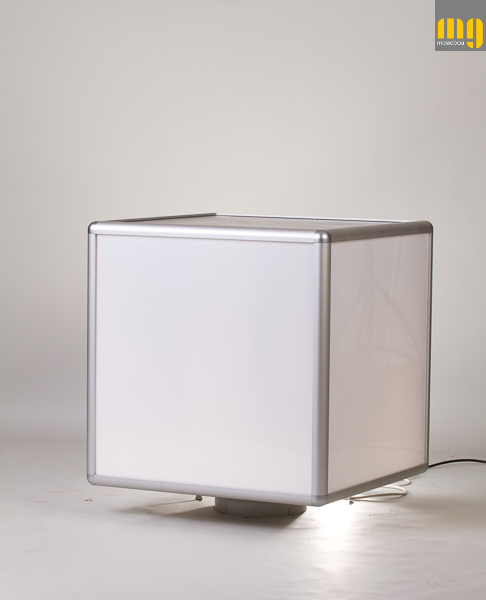 Rotating cube illuminated